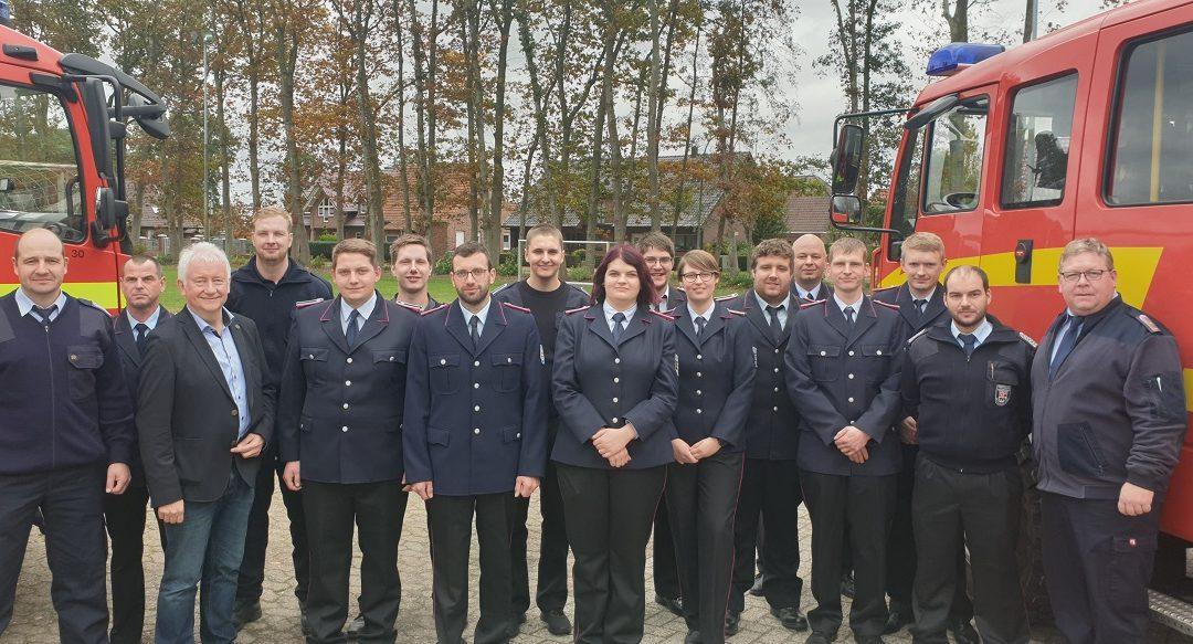 Feuerwehrkameradinnen und Kameraden legen Truppmann II-Prüfung ab